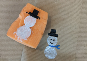 Zelf inpakpapier versieren met deze sneeuwpoppetjes!